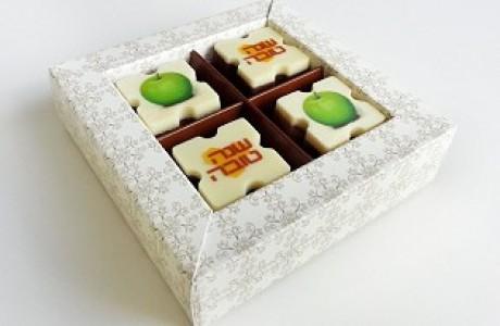 מארז שוקולד ממותג - 4 פרלינים עם כיתוב אישי