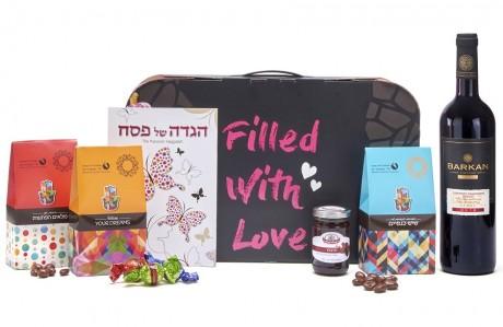 חבילת שי - עם הגדה לפסח, יין, חרוסת ושוקולדים