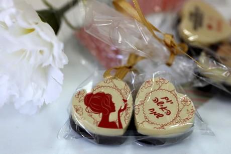 פרלין שוקולד ממותג ליום האישה - באריזת צלופן וסרט