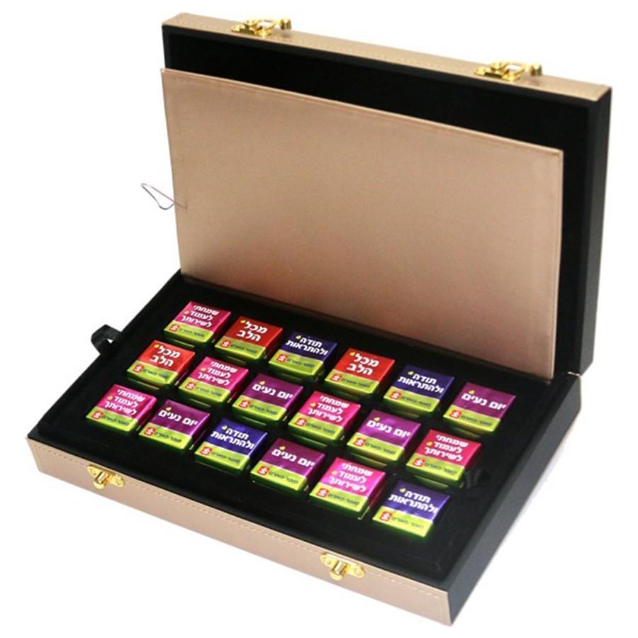 מארז שוקולד ממותג המוגש בתוך תיבת תכשיטים יוקרתית
