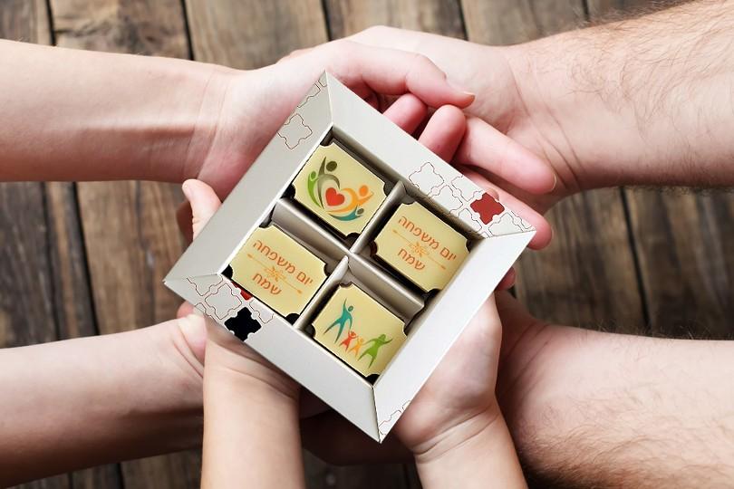 4 פרלינים משוקולד בלגי במארז מתנה ליום המשפחה